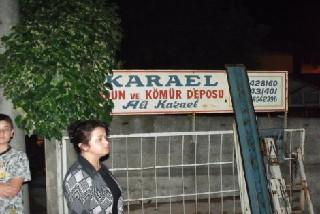 ODUN KAMYONUNDAN  DEVRİLEN ÇITALARIN ALTINDA KALDI