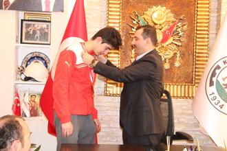 Sarıcaoğlu'ndan Türkiye üçüncüsü sporcuya ödül