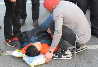 Motosikletten düşen genç kadın yaralandı