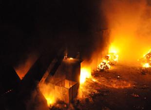 Kağıt fabrikası alev alev yandı
