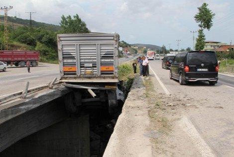 Tır Köprüde Asılı Kaldı 1:Yaralı