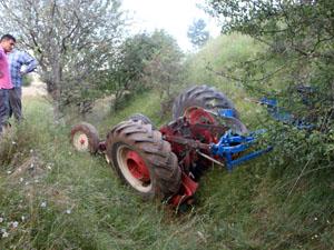 Devrilen traktörün altında can verdi