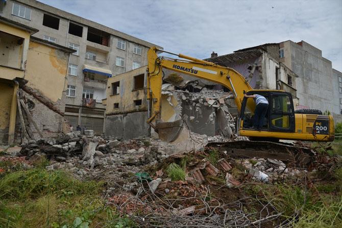 Terme'de Metruk Binalar Yıkılıyor