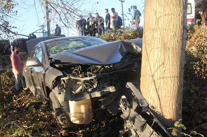 Çarşamba ilçesinde araç ağaca çarptı