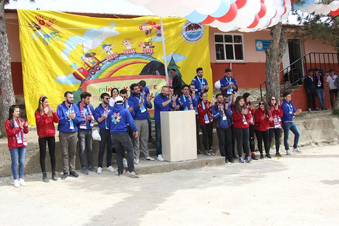 25 gönüllü genç minik kalplere dokundu