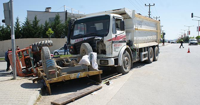 Vezirköprü'de Hafriyat Kamyonu Traktöre Çarptı