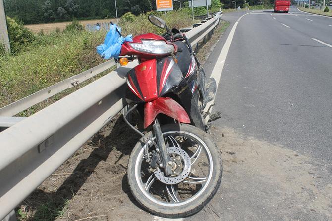 Motosiklet Bariyerlere Çarptı 2 Yaralı
