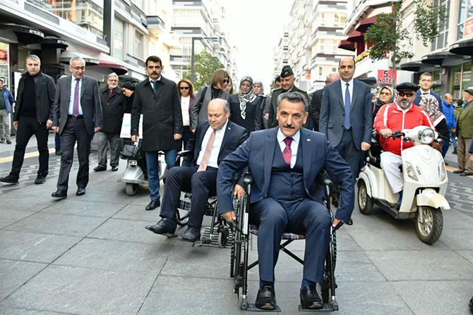 Engelsiz yürüyüşte tekerlekli sandalyeye bindi