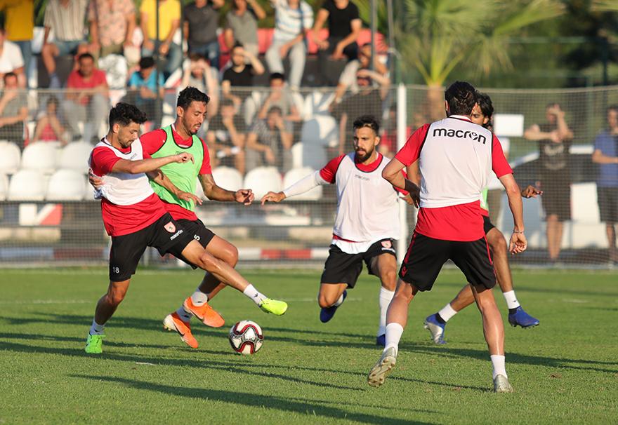 Samsunspor  akşam idmanında yarı sahada çift kale maç yaptı.