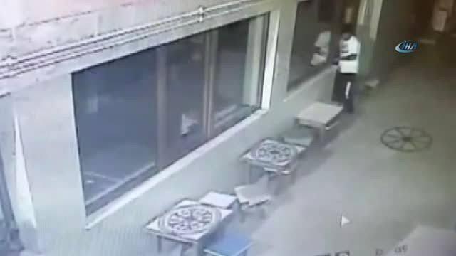 Caminin kapısını kırıp para ve çay çaldılar