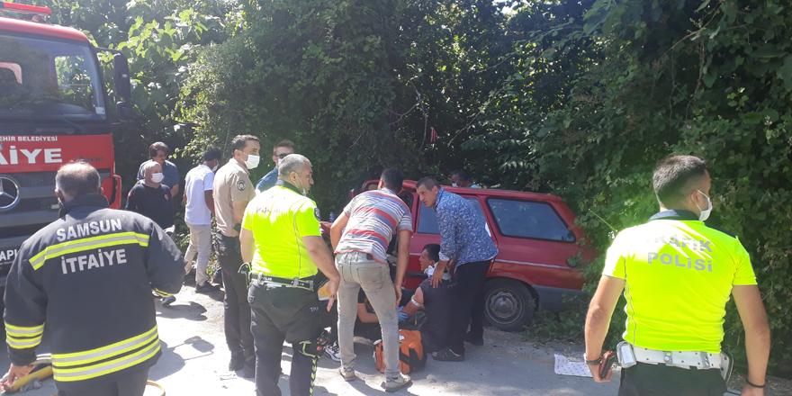 Terme'de iki otomobil kafa kafaya çarpıştı
