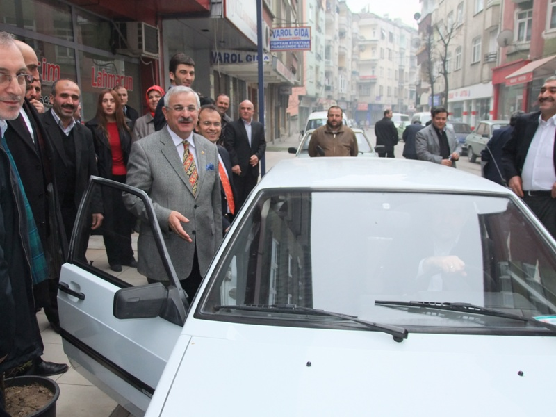 Ahmet Yeni 2000 model araçla seçim bölgesi gezisi