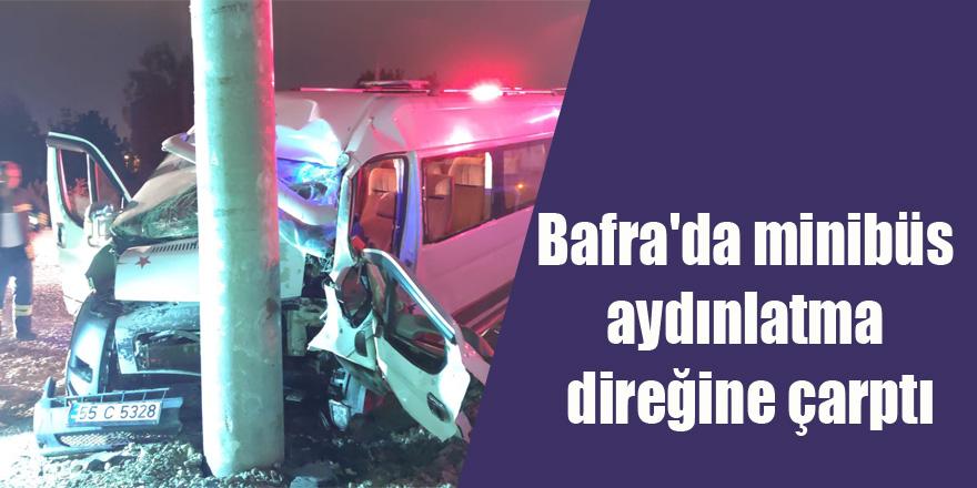 Bafra'da minibüs aydınlatma direğine çarptı