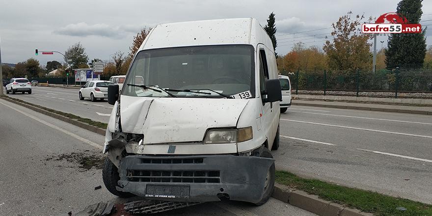 Samsun'da minibüs aydınlatma direğine çarptı