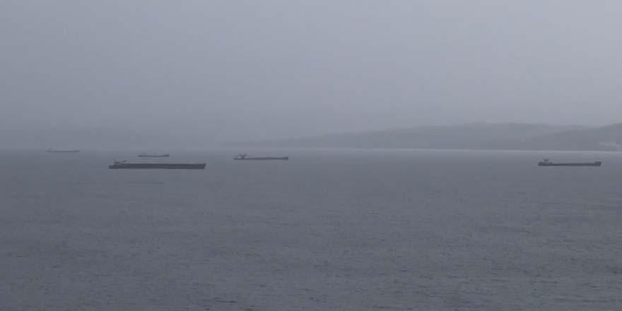 Karadeniz'de olumsuz hava koşullarından gemiler rotasını değiştirdi