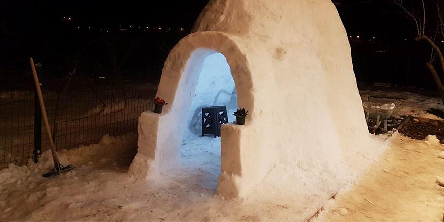 Atakum'da kardan tek odalı ev yaptı