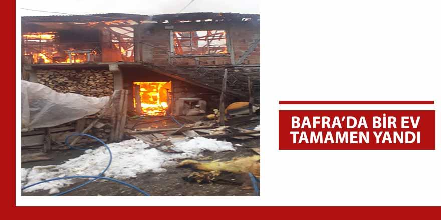 Samsun'un Bafra ilçesinde çıkan yangında 2 katlı ev küle döndü.