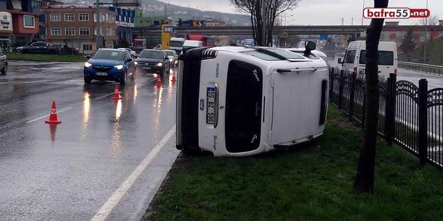 Samsun'da hafif ticari araç refüje devrildi!