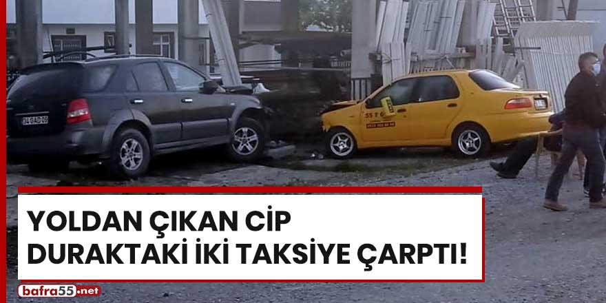 Yoldan çıkan cip duraktaki iki taksiye çarptı!