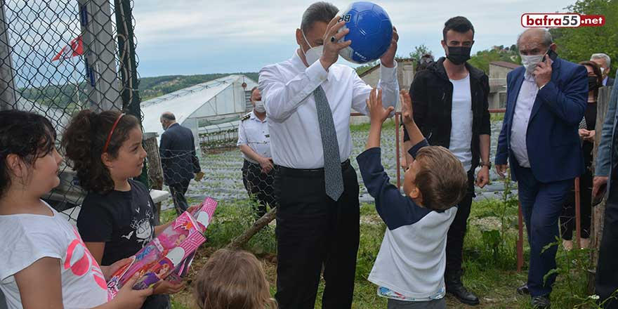 Vali Karaömeroğlu çocuklarla top oynadı