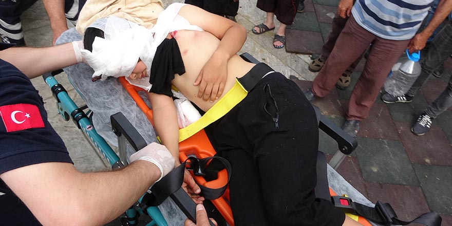 Yanağına saplanan çocuk hastaneye kaldırıldı