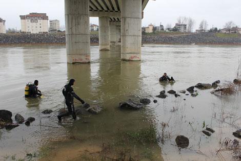 Çarşamba'da Koluna Taş Bağlayıp Irmağa Atladı