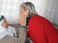 Başkan Topaloğlu'nun Eşi Banu Topaloğlu Yaşlıları Evlerinde Ziyaret Etti