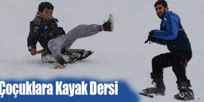 Öğrencilere Kayak Dersi Veriyorlar