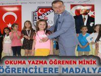 Bafra'da Okuma Yazma Öğrenen Miniklere Madalya