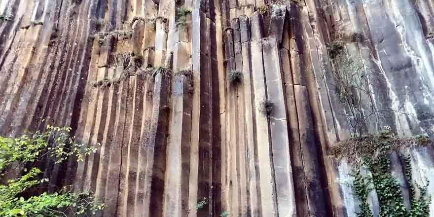 5-milyon-yillik-prizma-kayaliklar-gorenleri-sasirtiyor-1.jpg