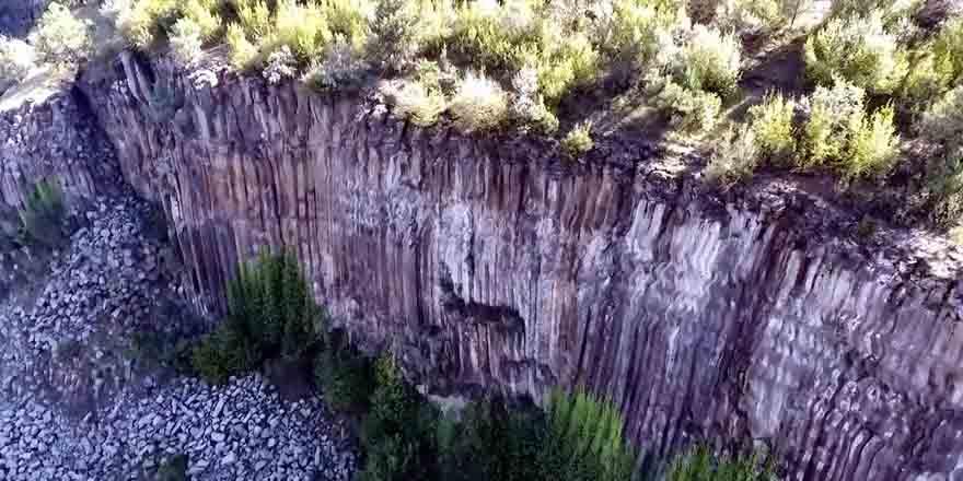 5-milyon-yillik-prizma-kayaliklar-gorenleri-sasirtiyor-7.jpg
