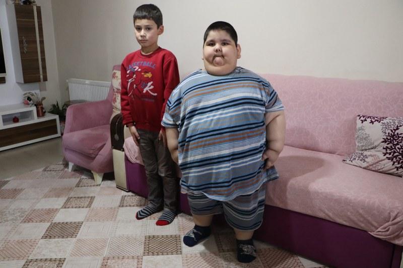 5-yasinda-90-kiloya-ulasan-yagiz-bebek-arkadaslariyla-oynamak-istiyor-002.jpg