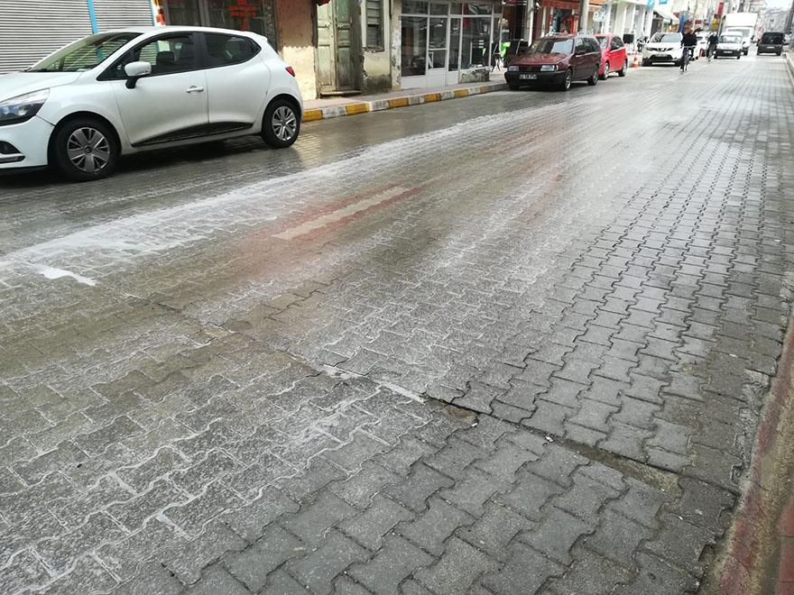 alacam-belediyesi-yollari-dezenfekte-ediyor-001.jpg