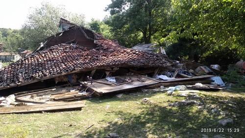 alacamda-evi-yikilan-aileyenin-yardimina-kizly-kostu12.jpg