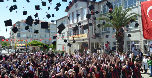 bafra-ataturk-anadolu-lisesinde-mezuniyet-cokusu-1.jpg