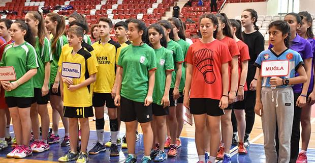 bafra-ataturk-ortaokulu-badminton-turkiye-ucuncusu-1.jpg