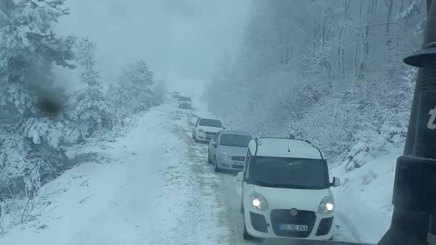 bafrada-kar-yollari-kapatti-002.jpg