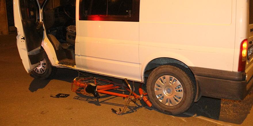 bisikleti-ile-minibusun-altinda-kaldi-1-001.jpg