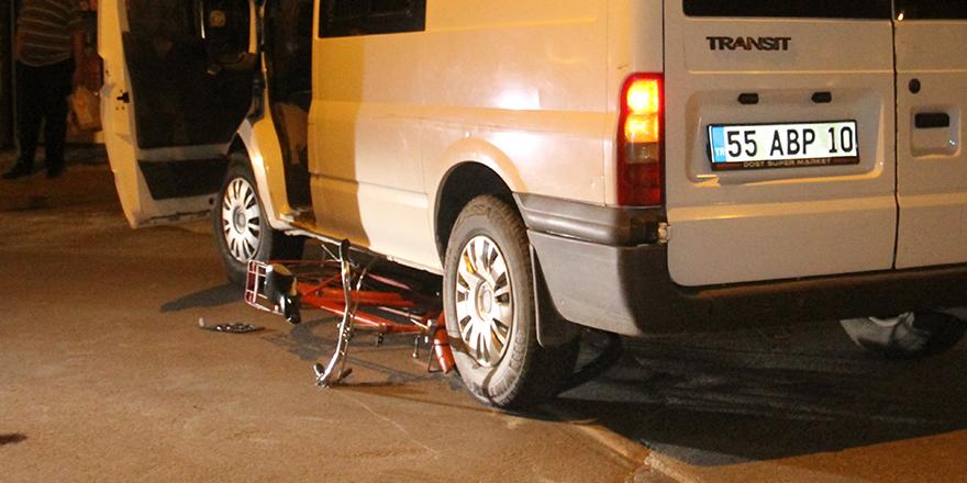 bisikleti-ile-minibusun-altinda-kaldi-2.jpg