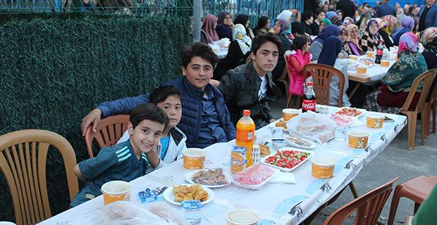 kaya-ailesinden-bafrada-anlamli-iftar-yemegi-1.jpg