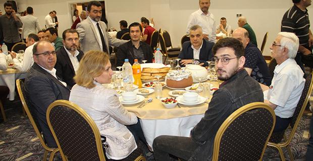 moda-konut-insaat-iftar-yemegi-verdi-11.jpg