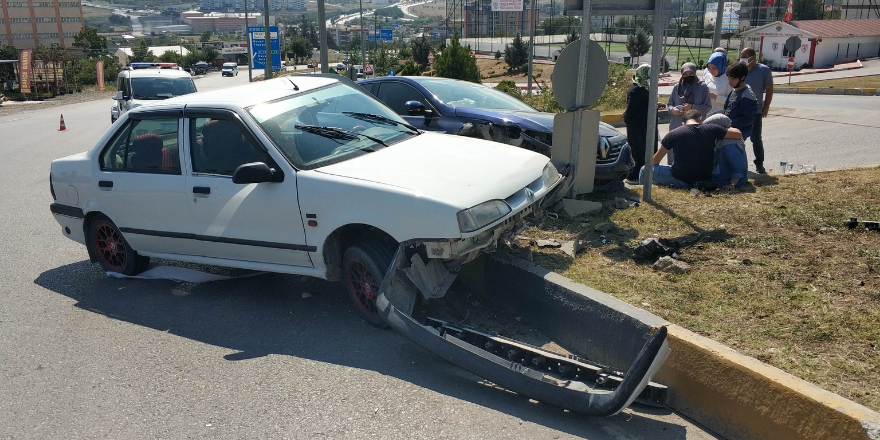 samsunda-kavsakta-iki-otomobilin-carpismasi-sonucu-meydana-gelen-trafik-kazasinda-2si-cocuk-3-kisi-yaralandi-2.png