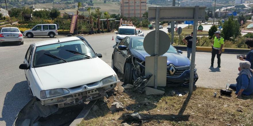samsunda-kavsakta-iki-otomobilin-carpismasi-sonucu-meydana-gelen-trafik-kazasinda-2si-cocuk-3-kisi-yaralandi-3.png