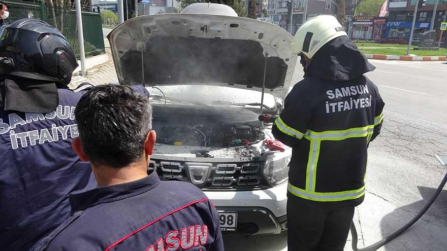 samsunda-polisler-yanan-araca-mudahale-etti-2.jpg