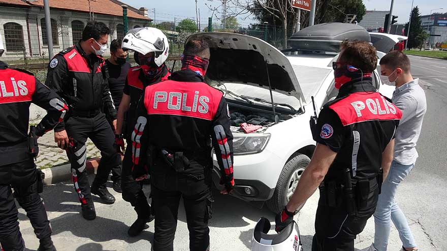 samsunda-polisler-yanan-araca-mudahale-etti-4.jpg