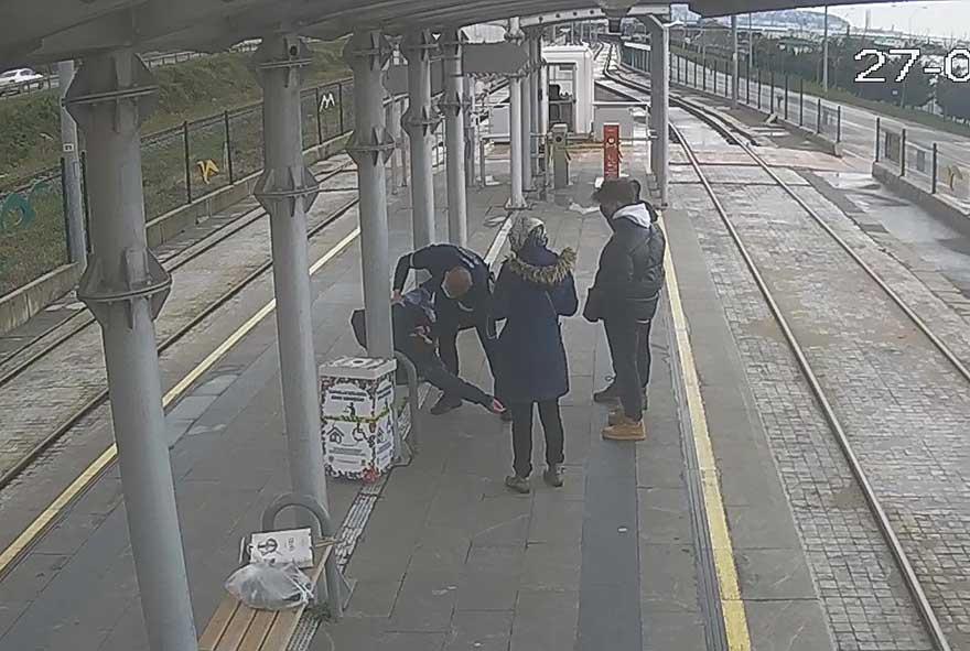 tramvay-istasyonunda-kalp-krizi-geciren-kisiyi-guvenlik-gorevlisi-kurtardi-3.jpg