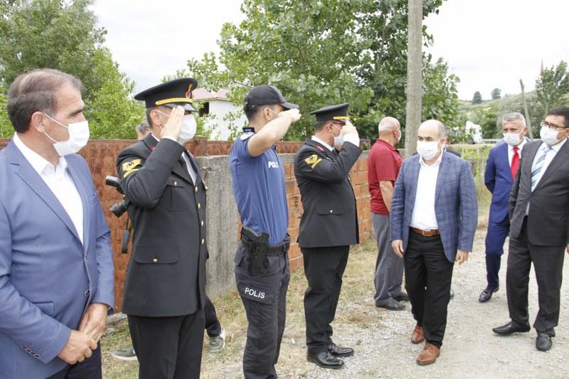 vali-dr-zulkuf-dagli-15-temmuz-sehitlerinin-kabirlerini-ziyaret-etti.JPG